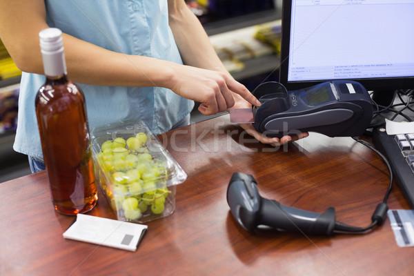Mujer caja registradora tarjeta de crédito supermercado negocios Foto stock © wavebreak_media