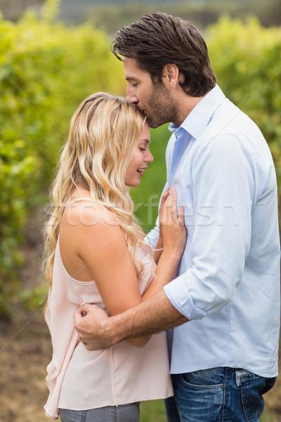 Jonge gelukkig man zoenen vrouw voorhoofd Stockfoto © wavebreak_media