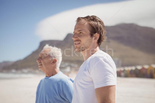 Genç baba ayakta plaj gökyüzü Stok fotoğraf © wavebreak_media