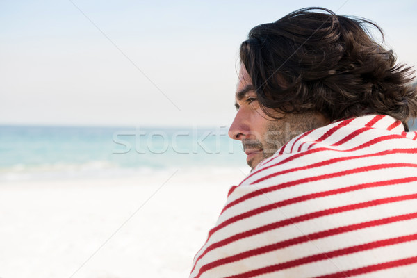 Nadenkend man vergadering strand Stockfoto © wavebreak_media