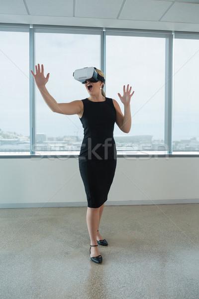 Femminile executive virtuale realtà auricolare ufficio Foto d'archivio © wavebreak_media