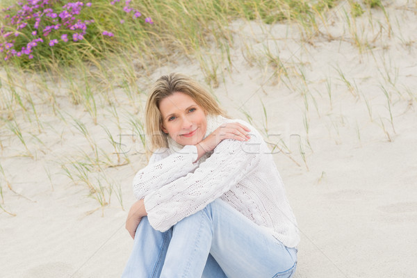 женщину сидят песчаный холме пляж морем Сток-фото © wavebreak_media