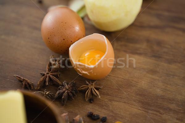 Ver quebrado ovo temperos mesa de madeira Foto stock © wavebreak_media