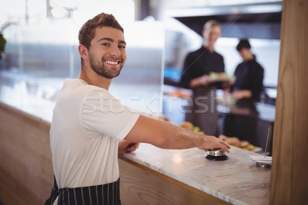 Portret glimlachend De ober bel counter Stockfoto © wavebreak_media