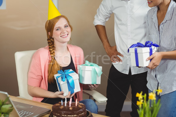 Retrato feliz empresária aniversário presentes colegas Foto stock © wavebreak_media
