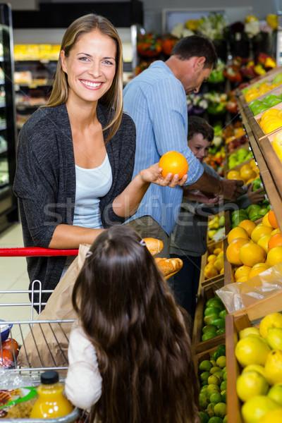 Cute famiglia generi alimentari insieme supermercato Foto d'archivio © wavebreak_media