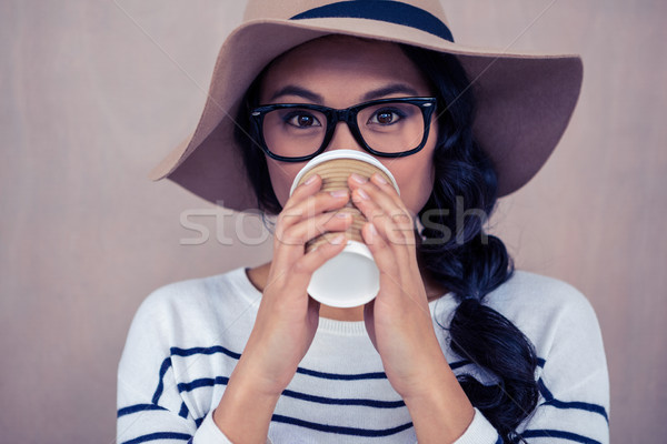 Atractivo Asia mujer potable desechable taza Foto stock © wavebreak_media