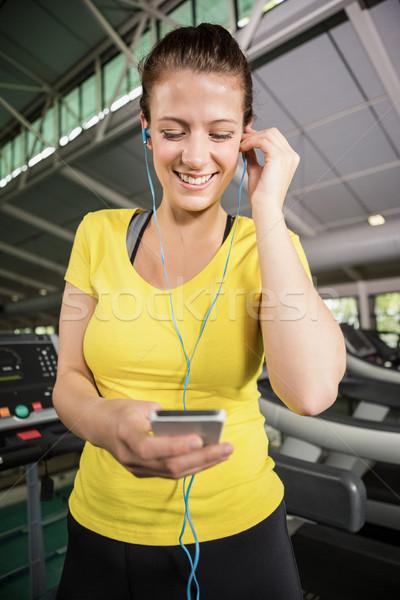Nő zenét hallgat futópad tornaterem képzés áll Stock fotó © wavebreak_media