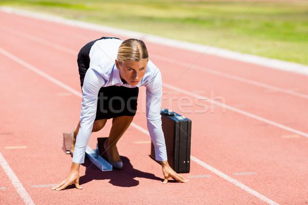 Сток-фото: деловая · женщина · портфель · готовый · запустить · работает · трек