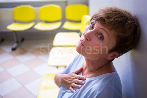 Paciente sesión sala de espera hospital mujer triste Foto stock © wavebreak_media