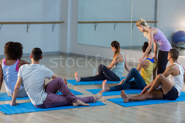 Yoga instructeur helpen student corrigeren pose Stockfoto © wavebreak_media