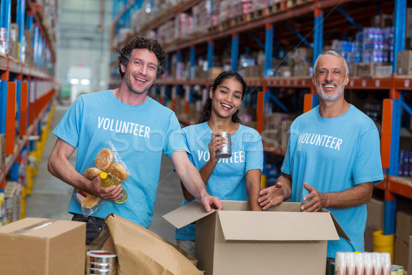 Drei Freiwillige Verpackung Karton Halle Mann Stock foto © wavebreak_media