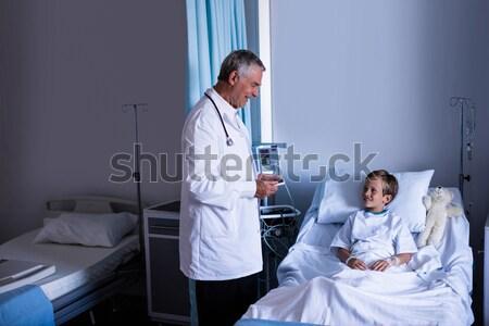 Vrouwelijke arts patiënt ziekenhuis man medische Stockfoto © wavebreak_media