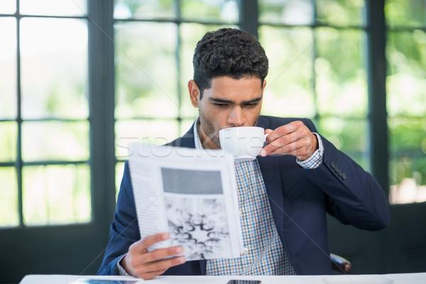 Empresário leitura jornal café restaurante negócio Foto stock © wavebreak_media