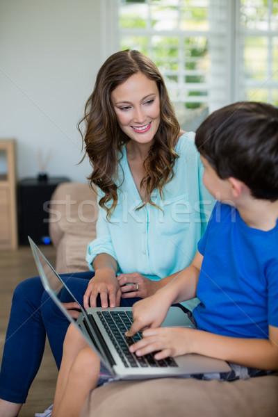 Sonriendo madre hijo sesión sofá usando la computadora portátil Foto stock © wavebreak_media