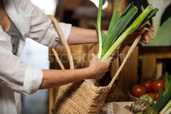 Kobieta zakupu warzyw organiczny sekcja supermarket Zdjęcia stock © wavebreak_media