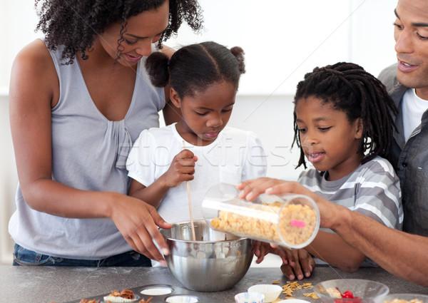 Famiglia biscotti insieme cucina donna Foto d'archivio © wavebreak_media