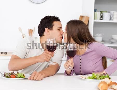 Nina degustación ensalada madre cocina casa Foto stock © wavebreak_media