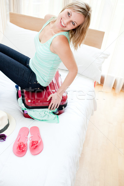 Vrolijk vrouw sluiten koffer bed meisje Stockfoto © wavebreak_media