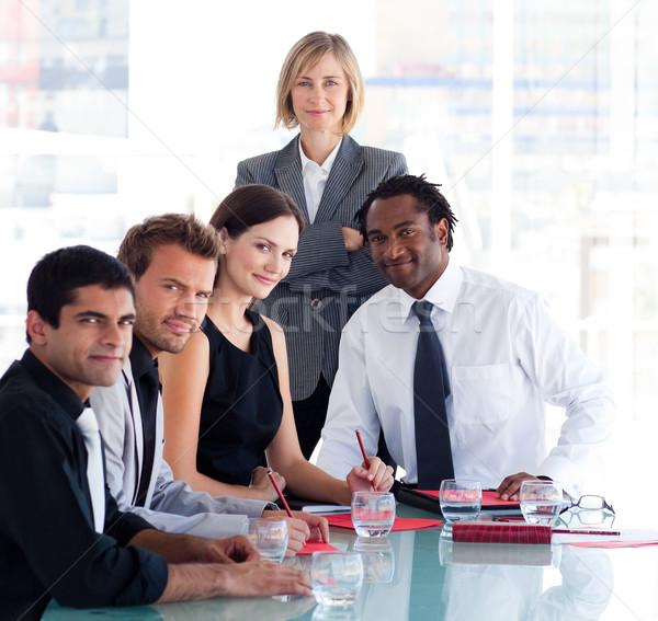 Női menedzser csapat néz kamera érett Stock fotó © wavebreak_media