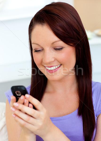 Pozitív nő sms chat mobiltelefon kanapé otthon Stock fotó © wavebreak_media