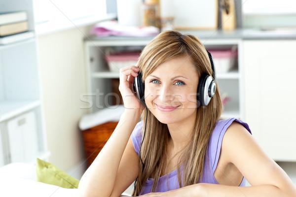 Blijde kaukasisch vrouw luisteren naar muziek hoofdtelefoon keuken Stockfoto © wavebreak_media