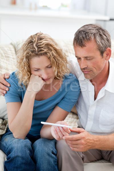 Amoureux regarder test de grossesse maison femme heureux Photo stock © wavebreak_media