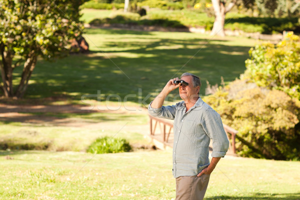 Ouderen man naar hemel verrekijker zomer Stockfoto © wavebreak_media