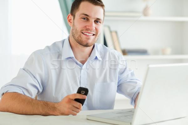 Foto stock: Sonriendo · jóvenes · empresario · células · escribiendo