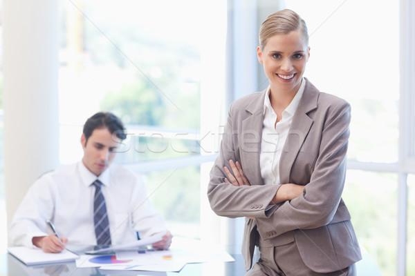 Mosolyog üzletasszony pózol kolléga dolgozik tárgyalóterem Stock fotó © wavebreak_media