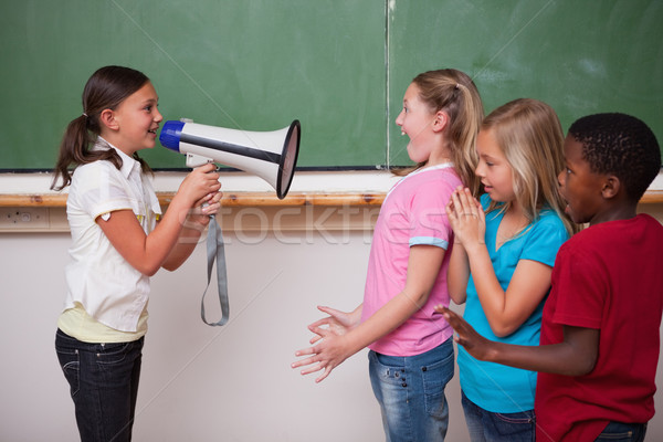 Schoolmeisje schreeuwen megafoon klasgenoten klas hand Stockfoto © wavebreak_media