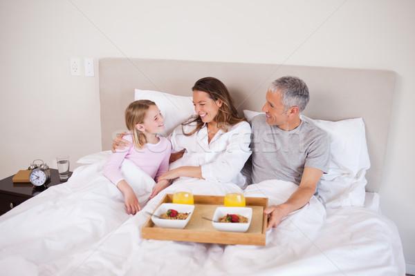 девушки завтрак родителей спальня домой фрукты Сток-фото © wavebreak_media