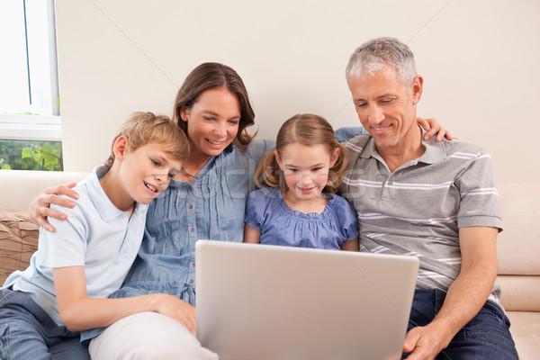 семьи сидят диван ноутбук гостиной любви Сток-фото © wavebreak_media