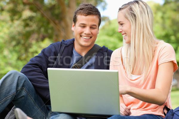 Stok fotoğraf: Gülme · gençler · oturma · dizüstü · bilgisayar · kullanıyorsanız · park · bilgisayar