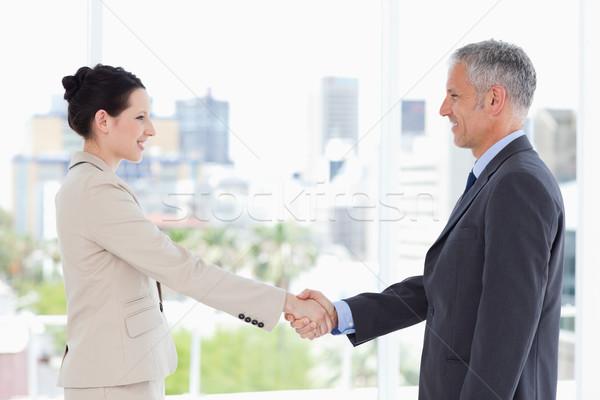 Dojrzały dyrektor sekretarz drżenie rąk uśmiechnięty uśmiech Zdjęcia stock © wavebreak_media