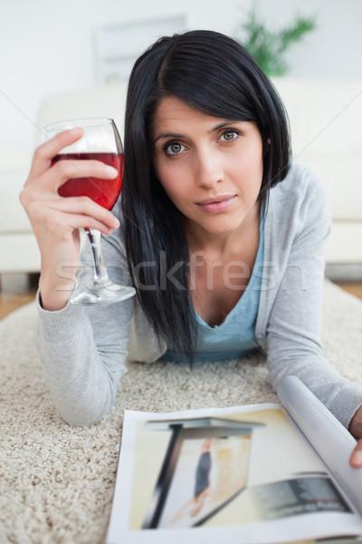 женщину журнала стекла гостиной Сток-фото © wavebreak_media