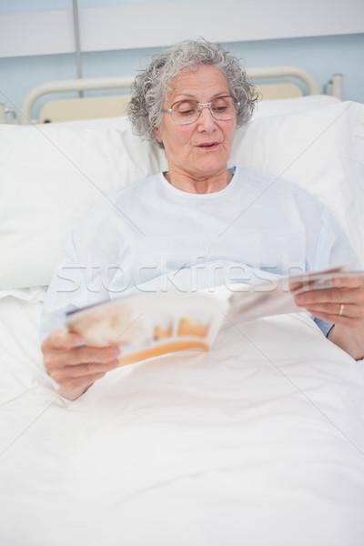Patient lecture magazine lit hôpital homme Photo stock © wavebreak_media