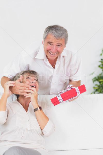 Mąż oczy żona dar mały kobieta Zdjęcia stock © wavebreak_media