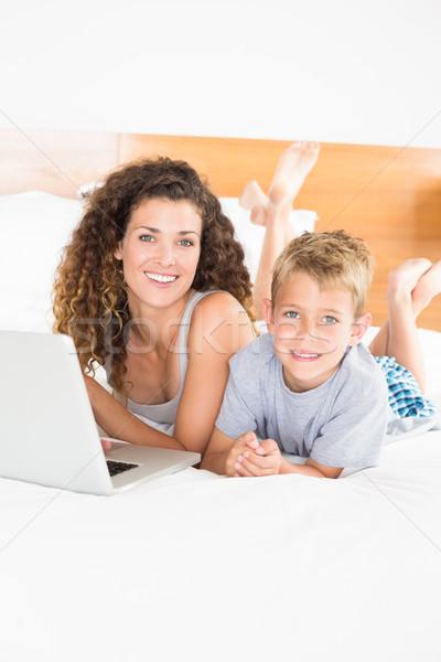 Cute blond jongen moeder bed met behulp van laptop Stockfoto © wavebreak_media