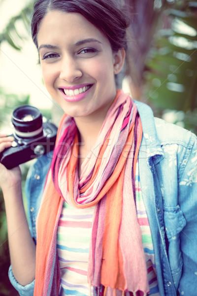 Vrolijk fotograaf permanente buiten glimlachend camera Stockfoto © wavebreak_media