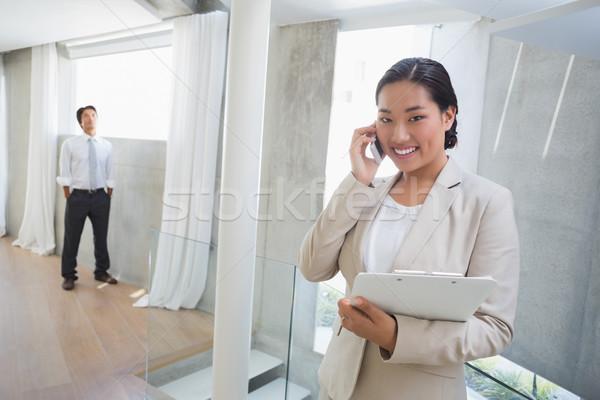 Foto stock: Corretor · de · imóveis · falante · telefone · entrada · negócio