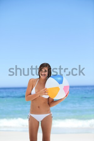 Souriant mince femme ballon de plage plage Photo stock © wavebreak_media