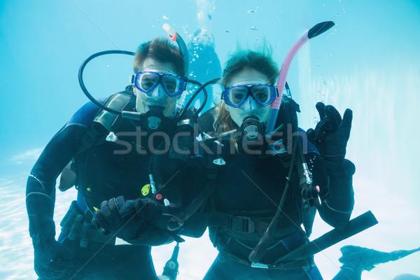 Arkadaşlar skuba eğitim yüzme havuzu bakıyor Stok fotoğraf © wavebreak_media