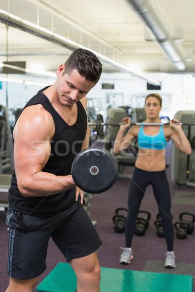 Muskularny człowiek kobieta wagi siłowni Zdjęcia stock © wavebreak_media
