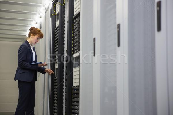 Technikus dolgozik szerverek táblagép nagy adatközpont Stock fotó © wavebreak_media
