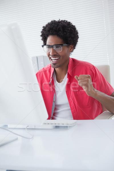 Gelukkig zakenman juichen bureau kantoor computer Stockfoto © wavebreak_media