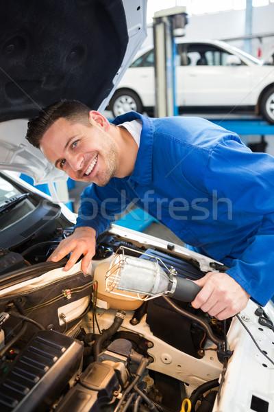 Monteur onderzoeken auto toorts reparatie garage Stockfoto © wavebreak_media