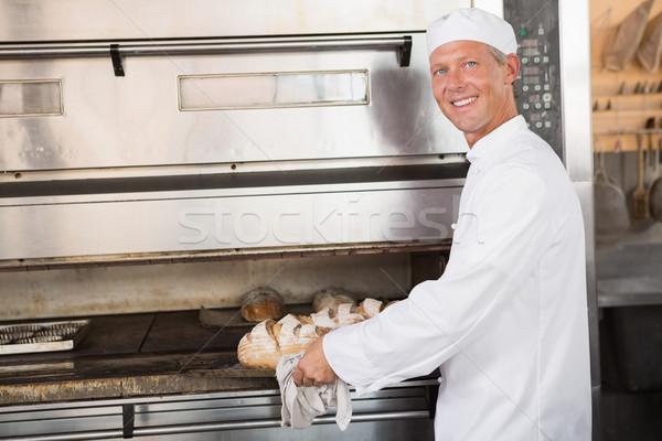 Mutlu fırıncı tepsi taze ekmek Stok fotoğraf © wavebreak_media