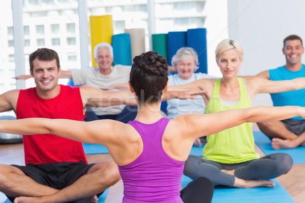 Mensen oefenen yoga gezondheid club vrouwelijke Stockfoto © wavebreak_media