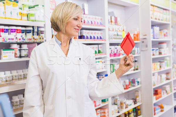 Sonriendo farmacéutico dotación farmacia mujer Foto stock © wavebreak_media
